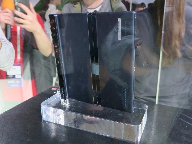 背面から撮影。左側にカメラモジュールなどを内蔵したバーの部分がある