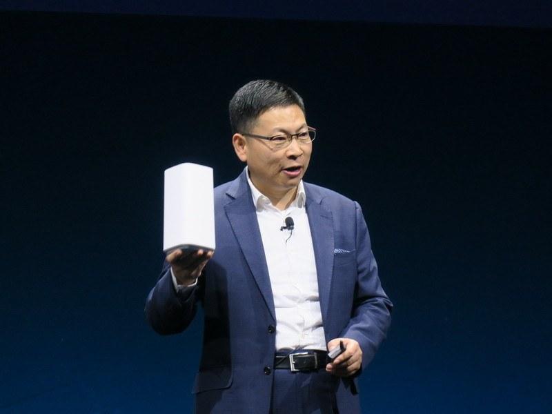5G対応CPE端末を手に持って説明するRichard Yu氏