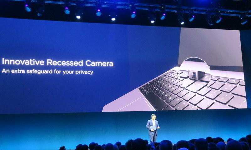 ポップアップ式カメラをキーボード部に内蔵
