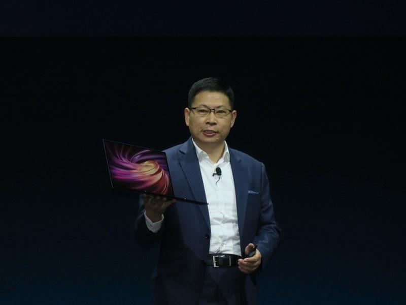 MateBook X Proを手に持ち、説明するRichard Yu氏