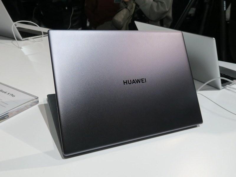 MateBook X Proの背面は昨年、新しくなったHUAWEIのロゴがデザインされた