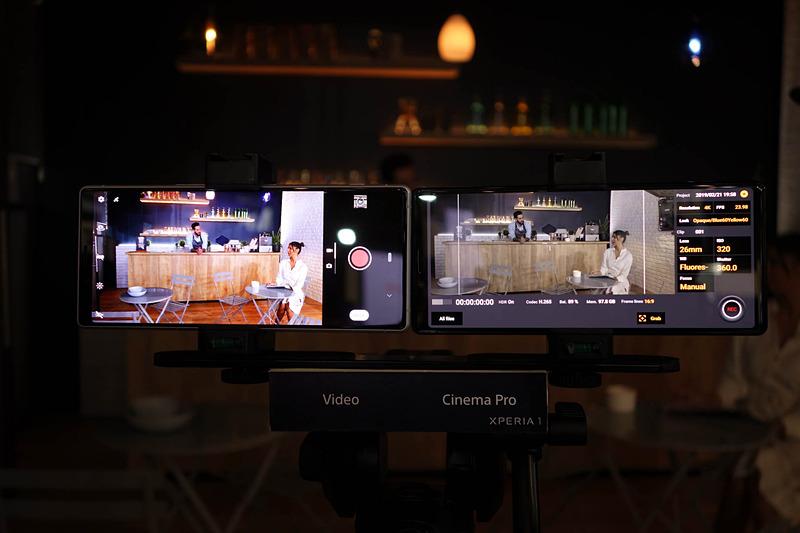 左が通常のカメラアプリ、右がシネマプロアプリ。通常アプリだと色彩がいかにビビッドに強調されるかもわかる