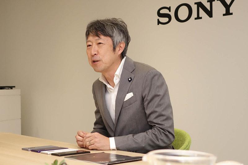 グループインタビューでXperia 1のコンセプトを紹介する田嶋氏