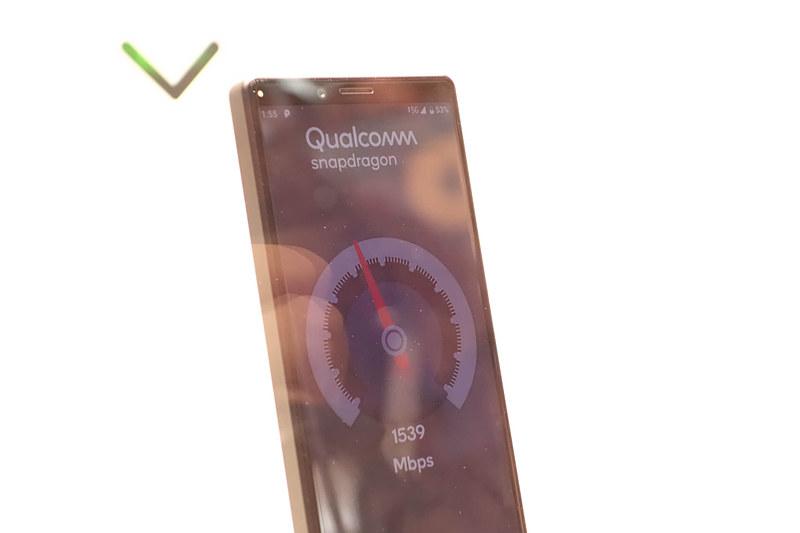 初日のデモでは、5Gプロトタイプ端末で1.5Gbps前後の通信速度を実現していた