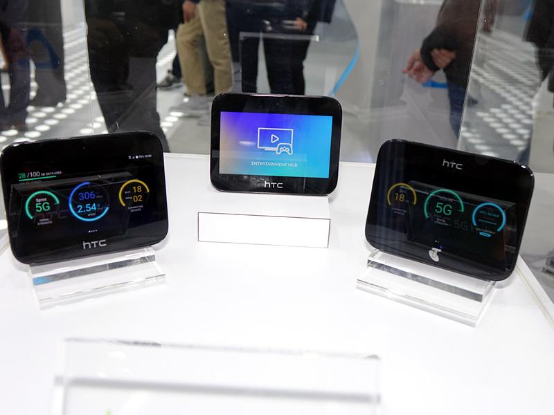 HTCの「HTC 5G HUB」。左がスプリント版で右がテルストラ版