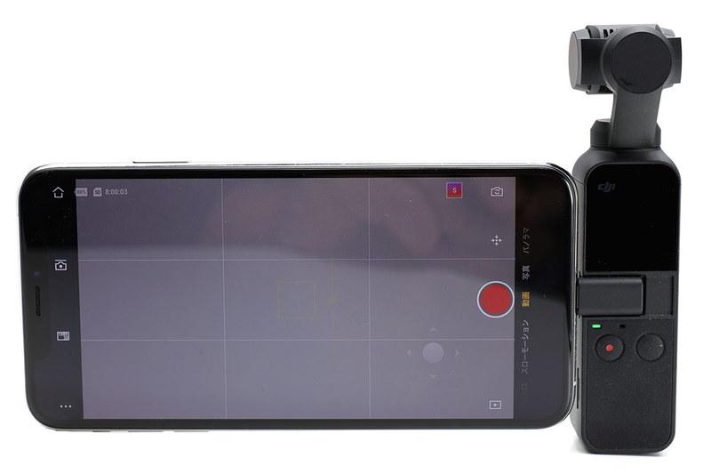 DJIのOsmo Pocket。棒状のコンパクトなカメラで、上部がスタビライザーとカメラです。「カメラを滑らかに動かしたり水平を保ったりする機構」を備えていて、誰でも手軽に「傾かず安定感のある映像」や「視野が滑らかに変化する動画」を撮影できます。
