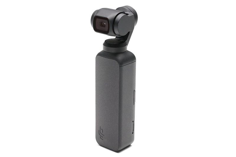 Osmo Pocketは自立しますので、立てて手近に置いておけます。ただ、不意に倒してしまうと、上部のカメラ・スタビライザー部にダメージがありそう。じゃあ横倒し? それでもいいんですが、倒して置くときに、机上にカメラ・スタビライザー部が「カツン」と軽く当たったりして微妙な気分。右写真は付属のハードケースにOsmo Pocketを収めた様子。これならカメラ本体はほぼ完全に保護されますが、出し入れがちょっと面倒です。