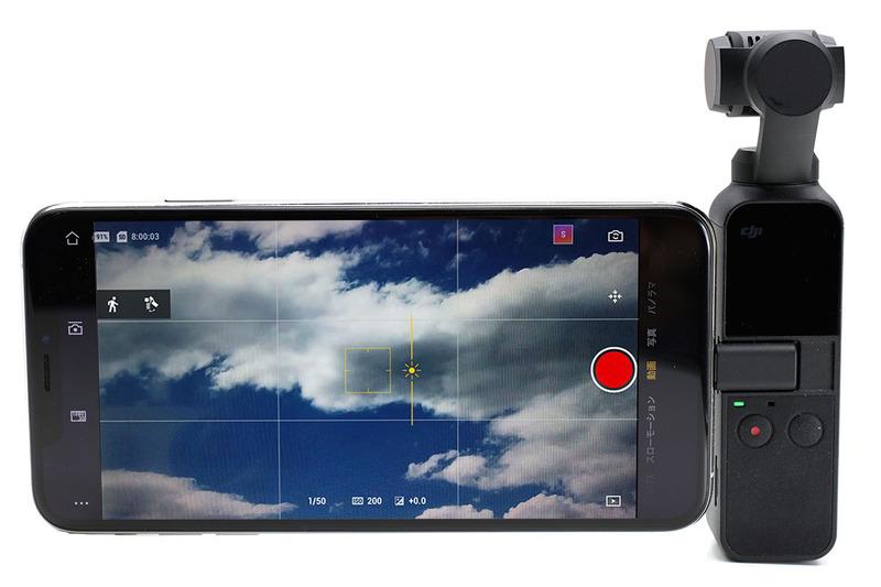 Osmo Pocketをスマホと合体させた様子。スマホの大きな画面でライブビュー映像をチェックできたり設定等を行えたりして便利です。ただ、スマホとOsmo Pocketを接続しているのは、LightningやUSB-Cのコネクタだけ。Osmo Pocketは軽いカメラですが、コネクタ部がちょっと心配ですし、Osmo Pocketの不意の脱落も心配になります。