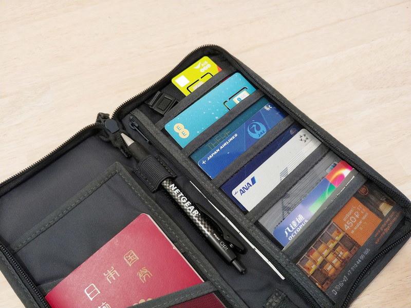パスポートケースのポケット上2段にSIMカードを台紙ごと1枚ずつ入れてみたが、非効率ではある