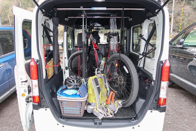 """左写真はN-BOX+にクロスバイクタイプe-bikeのミヤタ「CRUISE」(<a href=""""http://www.miyatabike.com/miyata/lineup/cruise/cruise.html"""" class=""""strong bn"""" target=""""_blank"""">公式ページ</a>)を載せた様子。N-BOX+も後部がフルフラットになりますので、自転車用トランスポーターとしても好適です。右はN-VANにMTBタイプe-bikeのミヤタ「RIDGE-RUNNER」(<a href=""""http://www.miyatabike.com/miyata/lineup/ridge_runner/ridge_runner.html"""" class=""""strong bn"""" target=""""_blank"""">公式ページ</a>)を載せた様子。上下左右ともさらに余裕がありますので、車格のあるMTBでも余裕をもって積めます。もちろんタイヤを外さずに。試してはいませんが、助手席を倒さず、後部のフラット部分だけ使い、MTBが2台乗りそうな気がします。タイヤ外せば3台のMTBが載るかも?"""