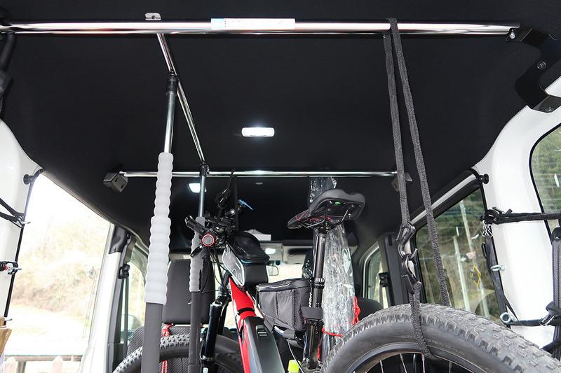 RIDGE-RUNNERは筆者所有で、サイズは大きいほうの43cmです。ファットタイヤということもあり、けっこう車格がありますが、わりと余裕で積載可能。N-VANの場合、貨物積載のための各種オプションが豊富です。自転車積載に便利に使えるオプションも。