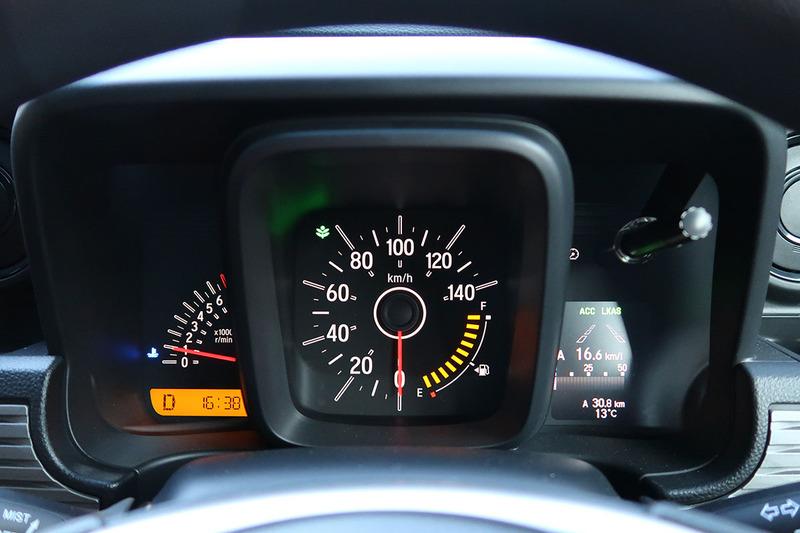 ACCやLKASはドライバーが自ら「機能をオン」にして使います。ハンドル右側のスイッチ類でACCやLKASのオンオフ、速度設定、車間距離設定を行い、設定値や機能動作状態はメーターパネルの右側に表示されます。