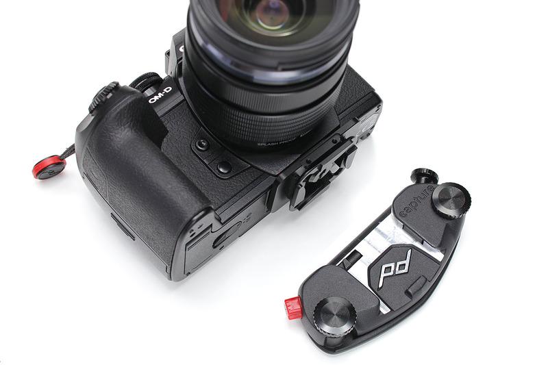こちらは「CAPTURE(キャプチャー)」と呼ばれるカメラマウント。カメラ側に専用クイックリリースプレートを装着し、マウントをショルダーストラップなどに装着。体やバッグへのカメラ脱着が可能になります。両手がフリーになり、カメラもしっかり保持されて便利♪