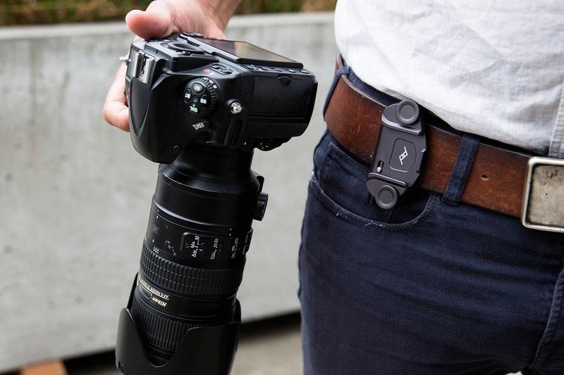 CAPTURE V3の使用例。バックパックのショルダーハーネスやベルト、あるいはバッグのショルダーストラップなどにカメラを装着できるようになります。機能性はV2とだいたい同様ですが、V3はコンパクトなのでよりスマートに使えるようになりました。ただ、V2のほうがより幅広のベルトなどに装着できます。