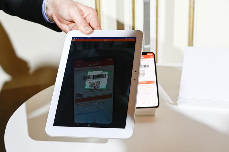 決済用アプリ「au PAY for BIZ」でユーザーのコードを読み取る様子