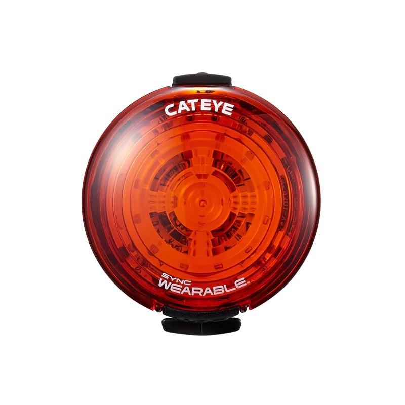 """CATEYEのSYNCシリーズ。左から、ヘッドライトの「SYNC CORE」(<a href=""""https://www.cateye.com/jp/products/headlights/HL-NW100RC/"""" class=""""strong bn"""" target=""""_blank"""">公式ページ</a>)、テールライトの「SYNC KINETIC」(<a href=""""https://www.cateye.com/jp/products/safety_lights/TL-NW100K/"""" class=""""strong bn"""" target=""""_blank"""">公式ページ</a>)、ウェアラブルライトにもテールライトにもなる「SYNC WEARABLE」(<a href=""""https://www.cateye.com/jp/products/safety_lights/SL-NW100/"""" class=""""strong bn"""" target=""""_blank"""">公式ページ</a>)です。これら3つのライトはワイヤレスで連動したり、スマートフォンから遠隔操作もできます。どれもUSB充電式(microUSB)です。"""