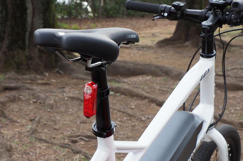 SYNCシリーズライトは無線連動。どれか1つのライトをオンオフすれば、それに追従してほかのライトもオンオフできます。激坂登坂中に突然トンネルが現れたりしても、自転車に乗ったまま余裕で全ライトをオン! なんてことも可能。