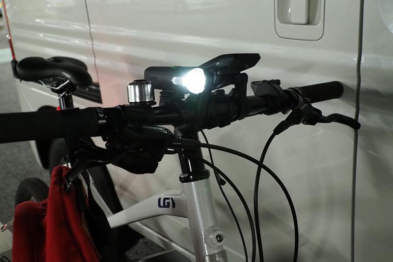 同じく SYNC CORE の点灯イメージ。左は薄暗い駐車場で、右はどうにか歩ける程度のかなり暗い場所(常夜灯が点灯中)です。