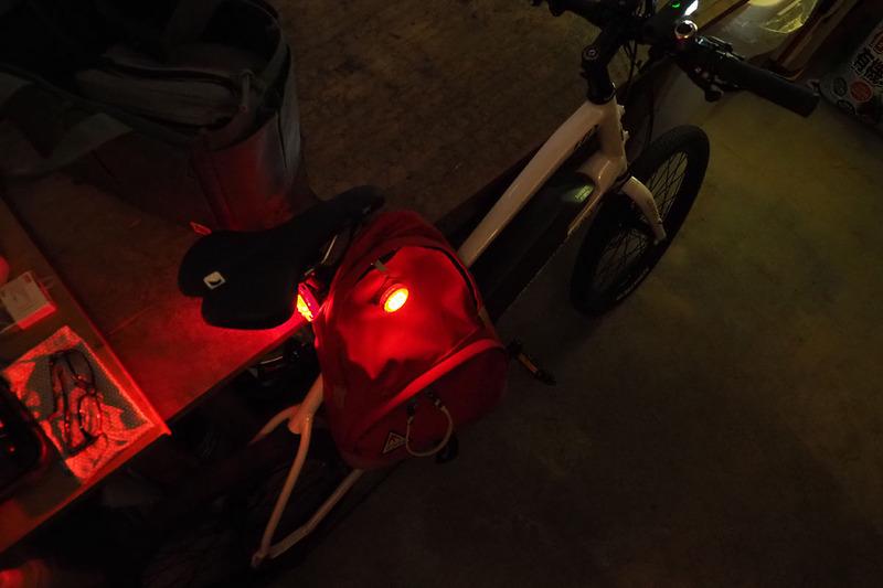 薄暗い駐車場とかなり暗い場所。暗い場所でSYNC KINETICとSYNC WEARABLEが同時に点灯していると、後方の車両などに存在感を強くアピールできます。さらに減速時のキネティックモード発光で2つの赤色ライトが赤く明るく光ると、すご~く目立ちます。