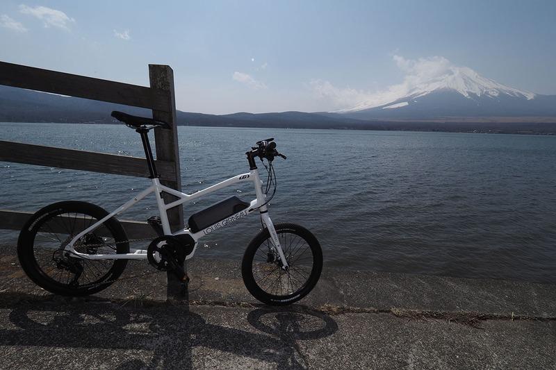 前出の写真と同じものです。左が撮ったままの写真で、右が明るさなどを調整したもの。調整後、まあまあ良くなりましたが、印象としては「もっと富士山はキリリとしていて、自転車も細部までよく見えた」って感じ。やはり、まだ微妙です。