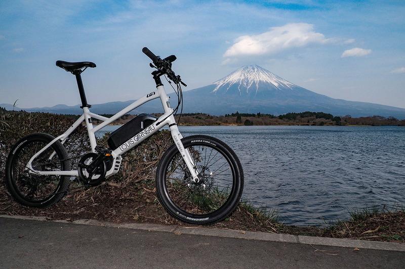 これはまた別の場所。自転車は日陰にあり、外部フラッシュを使って撮影しています。左が撮ったままの写真で、右が明るさなどを調整したもの。左はかなりビミョーですし、右はけっこう不自然です。明るさのバランスが悪いと、調整しきれません。