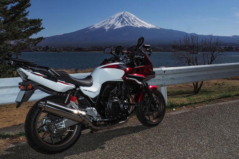 左が富士山に露出を合わせて撮影したもの。バイクは順光でないので暗くなっています。中央はフラッシュV860IIを使って撮影したもので、バイクの明るさが持ち上げられ、富士山との光量バランスがだいたい整いました。右はそれをレタッチソフトで調整したものです。もうちょっと明るいほうが良かったかも?