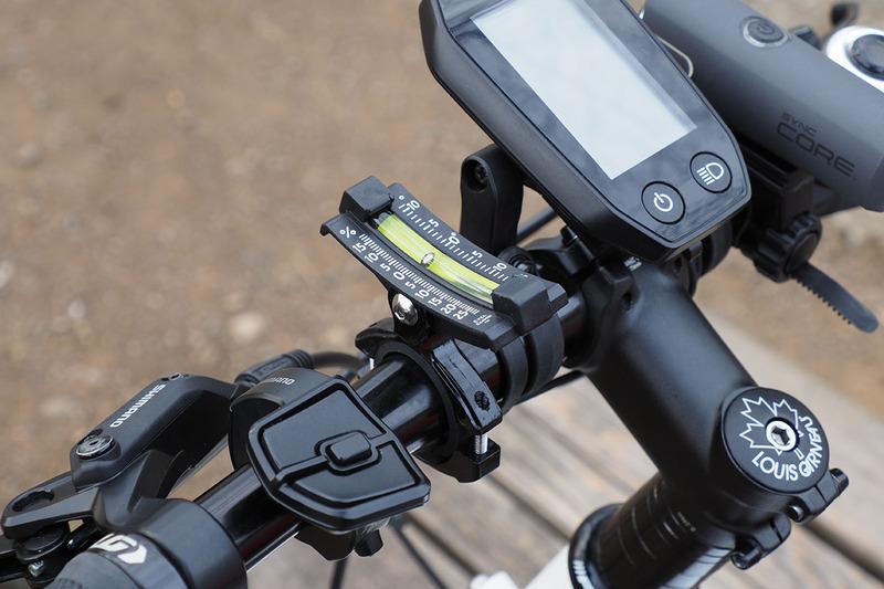 自転車に取り付けた様子。やはり平らなところでインジケーターが0を示すように取り付け、坂の途中でインジケーターの位置を読み取るという使い方です。右は約15%の勾配であることを示している様子。
