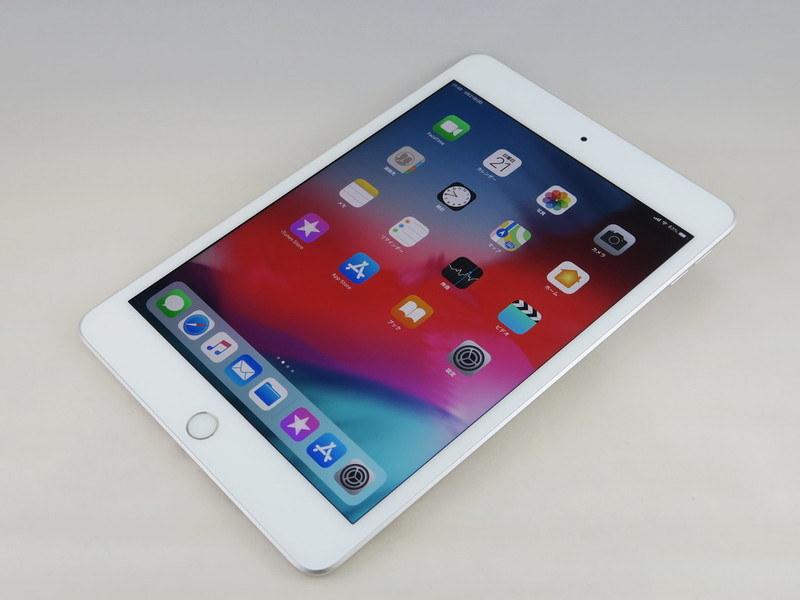 アップル「iPad mini」(第5世代)。約203.2mm(高さ)×134.8mm(幅)×6.1mm(厚さ)、約308.2g(Wi-Fi+Cellularモデル)。シルバー(写真)、ゴールド、スペースグレイをラインアップ