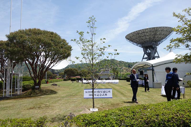 背景右奥に写っているのも第1電波望遠鏡。このように直上に向けることもできる