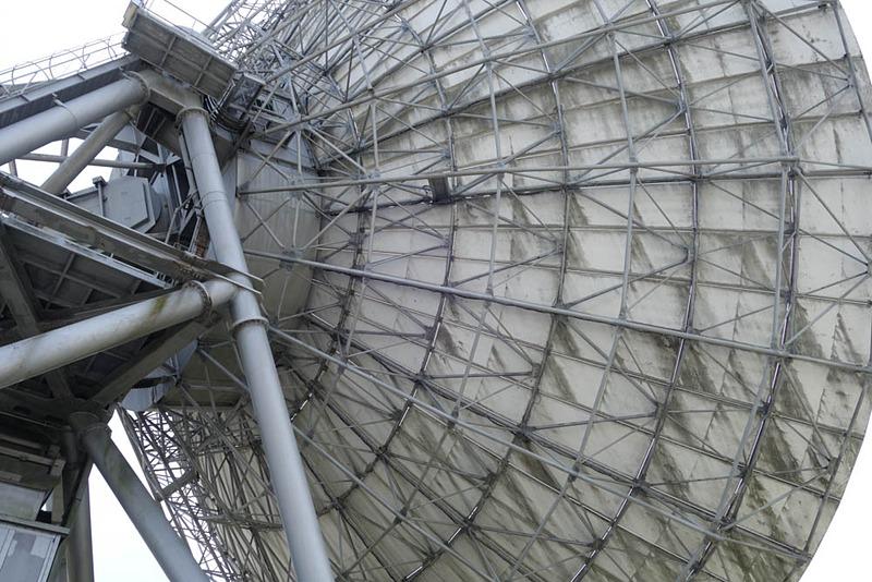 第2電波望遠鏡の背面。小さな(といっても数メートの大きさ)パネルが張り合わさっている構造