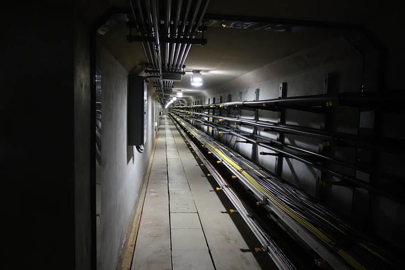 特別に見せていただいた、同センター内のパラボラアンテナと本棟を接続する地下トンネル。さまざまな信号線や電源線などが通っている