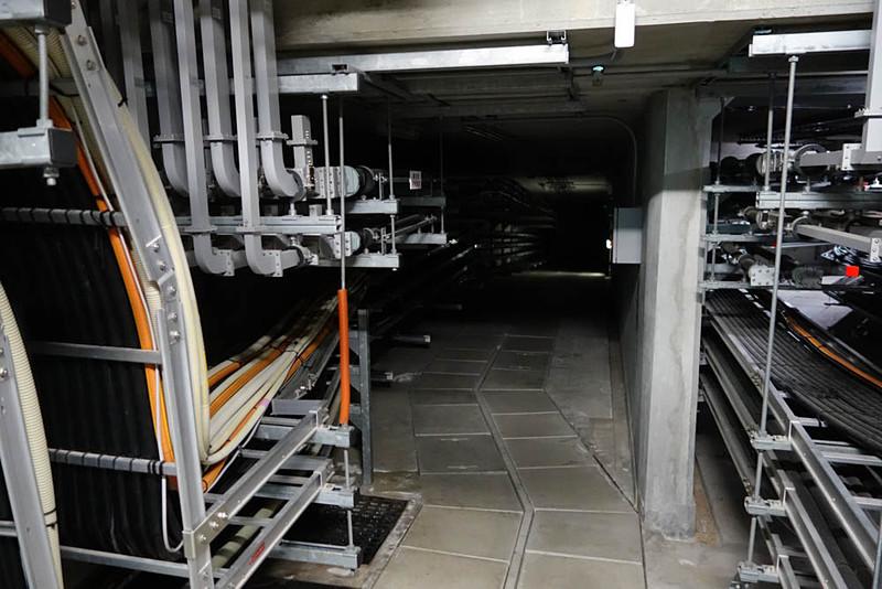 ダンジョン感の強い地下トンネル。こうしたトンネルが主要なパラボラアンテナと本棟のあいだに何本か走っている