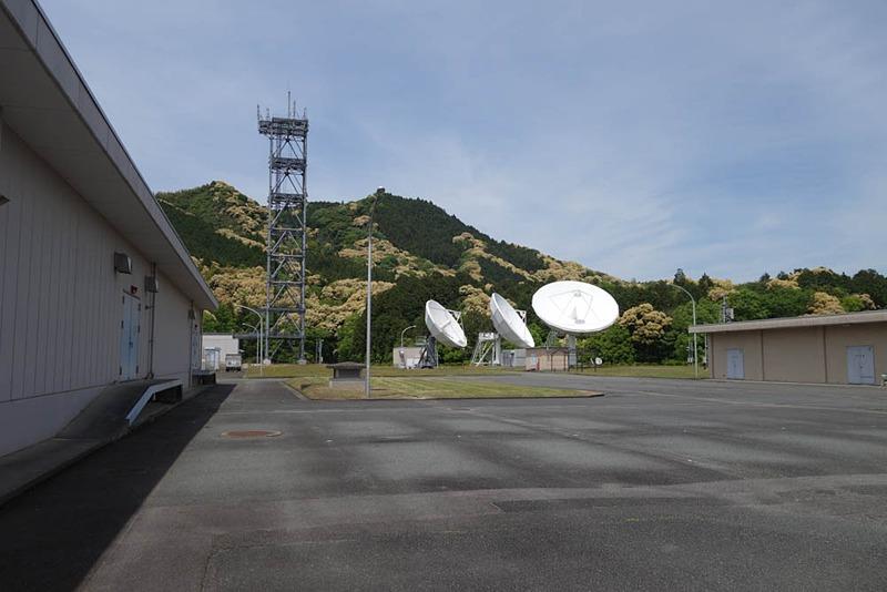 10メートル級のパラボラアンテナに囲まれて携帯電話の基地局鉄塔も建っていた