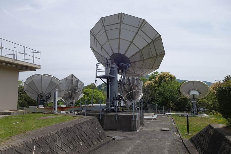 こちらは比較的小型なアンテナ群。それぞれが別々の衛星と通信している。同じような大きさでも、いろいろな形状のものがある