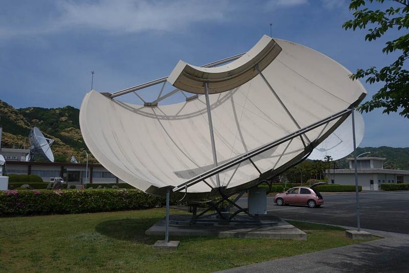 こちらはちょっと特殊なパラボラアンテナ。受信のみで送信機能はないが、複数の衛星からの電波を受信できる。静止衛星は赤道上空に一直線に並んでいるので、パラボラアンテナの焦点となる受信部は点ではなく線のようになっている