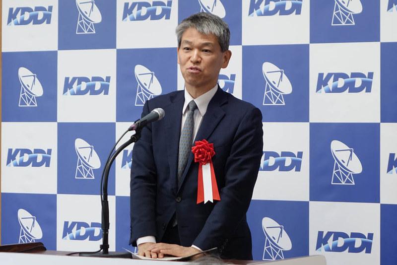 式典で祝辞を述べる総務省の鈴木氏