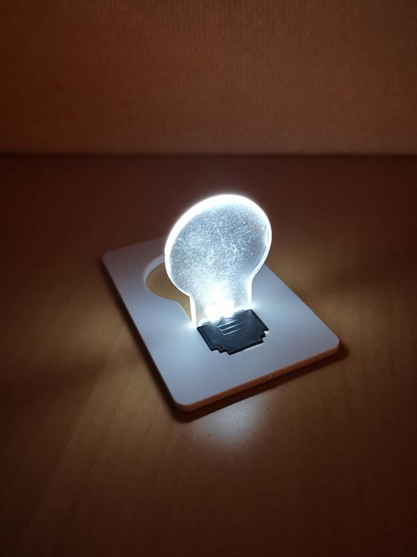 白色のLEDライトなのに、ボタン電池一個で周囲を温かい雰囲気に変えてくれる