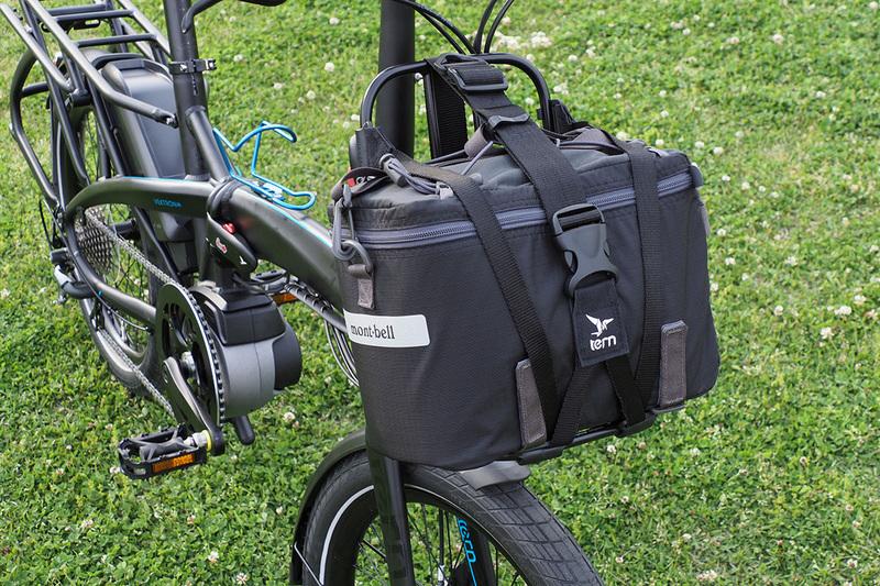 Kanga Rack には専用ハーネス(ストラップ)が付属していて、これを使ってバッグなどを積載することができます。