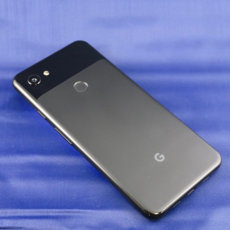 Pixel 3a XLは背面中央に指紋認証センサー、左上にカメラを備える。FeliCaを搭載しているが、おサイフケータイのロゴはない