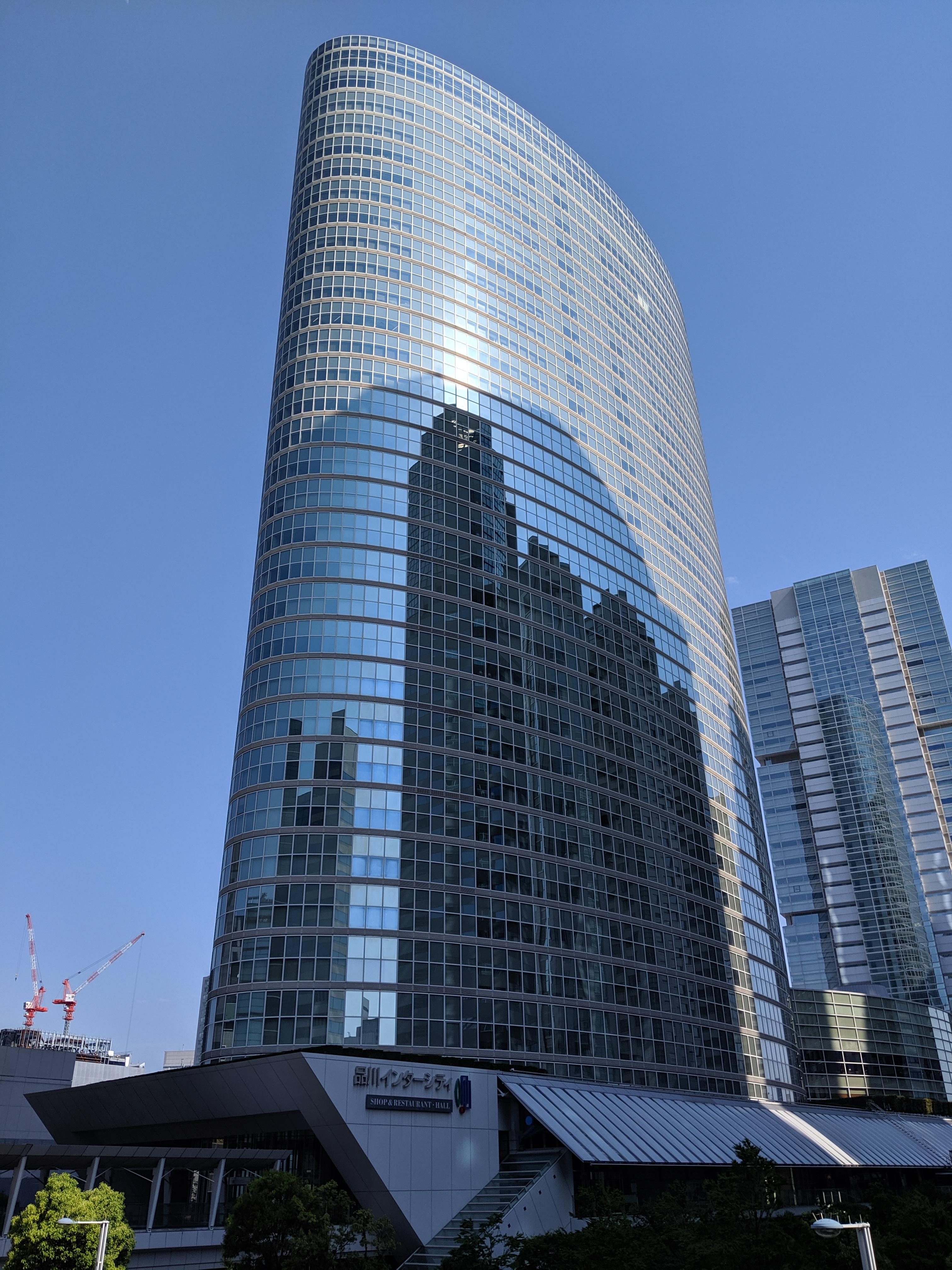 Pixel 3aで建物を撮影。青空が鮮やかだが、日陰の部分もディテールがわかるレベルで撮影できている。リンク先は3021×4032ドット
