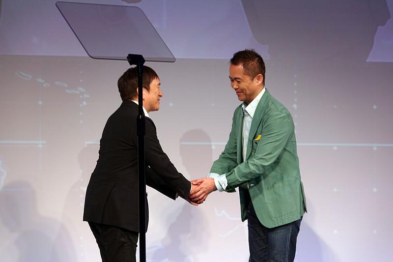 ポケモンの石原氏(左)と握手する増田氏(右)