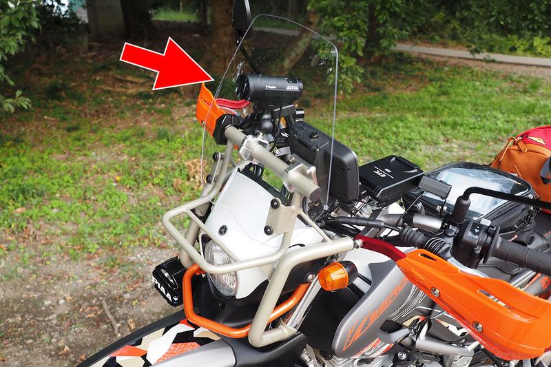 使用中のユピテル「BDR-2WiFi」。スマートフォンとWi-Fi接続して設定や記録動画閲覧ができるバイク用ドライブレコーダーです。バイクの前方にRAMマウントを使って装着しているので、脱着が容易。もう1台のバイクにもRAMマウントを装着していて、このドライブレコーダーを付け替えています。2台のバイクで1台のドライブレコーダーを共有しているというわけです。