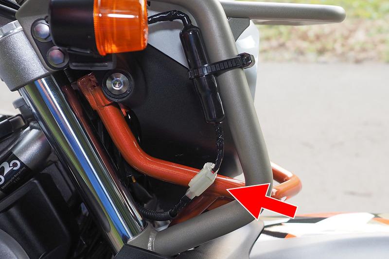 """ドライブレコーダーの電源はバイクから取っています。共有のため、ドライブレコーダーの電源ケーブルを脱着可能に改造。コネクターとしてエーモンの「カプラー2極(ロック付・110型)」(<a href=""""https://www.amon.jp/products2/detail.php?product_code=1198"""" class=""""strong bn"""" target=""""_blank"""">公式ページ</a>)を使っています。脱着可能にしたことで、共有ができるようになったのに加え、バイクから離れるときに外せるので盗難からも守れます。ドライブレコーダーから伸びるケーブルの太くなっている部分にはヒューズが入っています。"""
