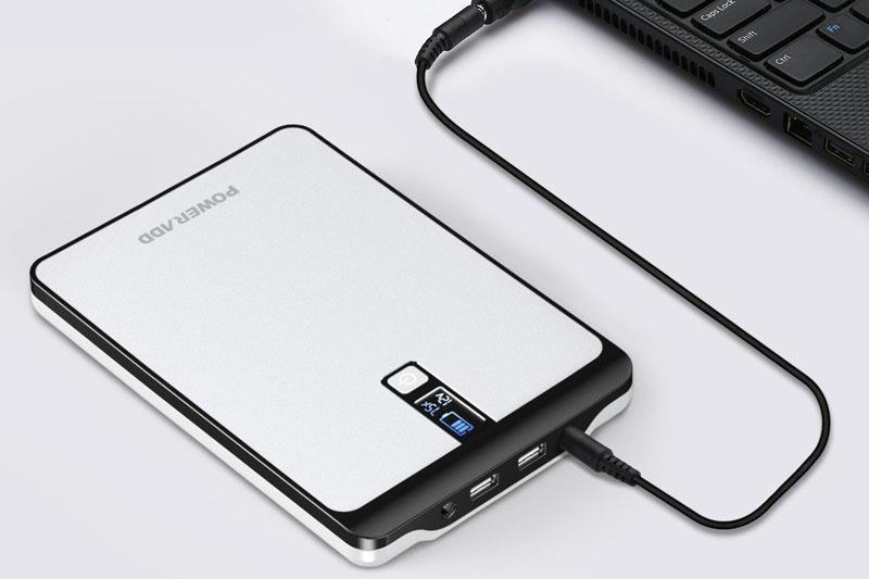 Amazonで購入したPoweraddブランドのモバイルバッテリー「Pilot Pro2」。容量23000mAhのモバイルバッテリーで、スマートデバイスへの充電はもちろん、PCにも充電できます。DCジャックがあり、そこから出力される電圧は9V/12V/16V/19V/20Vに切り替えられます。ただし、このDCジャックには外径5.5mm・内径2.1mmプラグを挿せず、外径5.5mm・内径2.5mmプラグに対応しているようです。外径5.5mm・内径2.1mmプラグで使いたい場合、付属のCアダプターを使うか、別途変換アダプターの類が必要です。