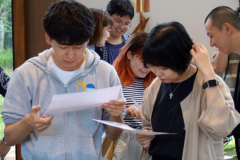 他チームの人たちとペアを組んで書いた内容をお互いに説明する