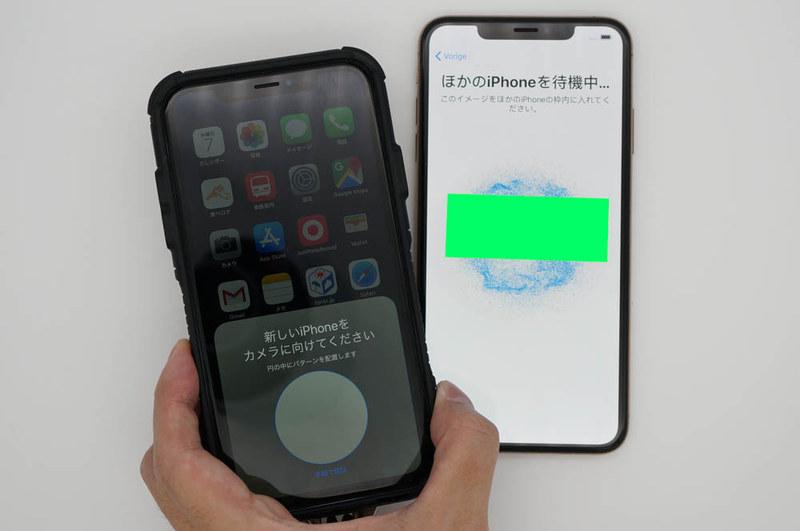 移行先iPhoneに表示される3次元コードを移行元iPhoneで読み取る。このコードの正式名称は知らないけど、2次元のパターンがアニメーションしてるので3次元の情報量を持つナゾコードである