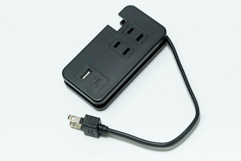 電源コンセントを3つ、USB Type-Aポートを1つ、さらにUSB Type-Cポートを1つ備える。3つ目の電源コンセントは裏面にある
