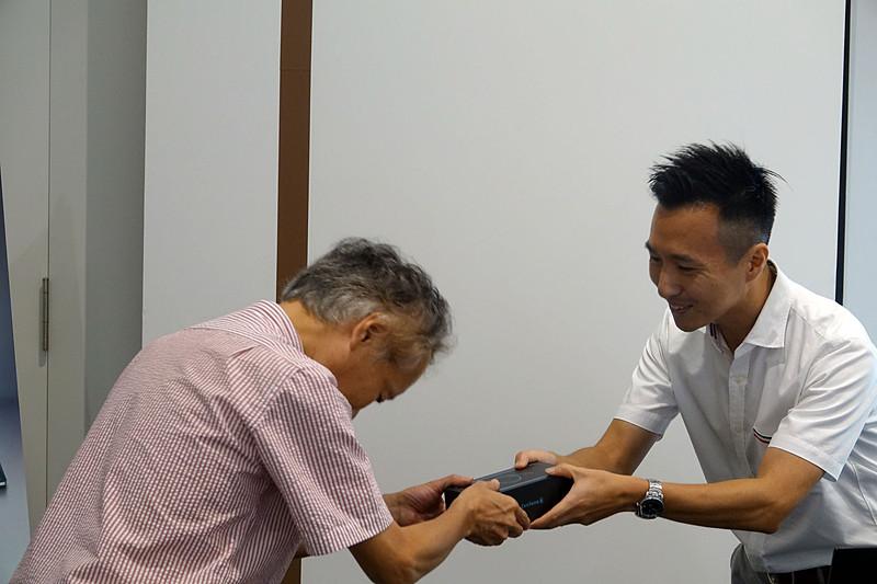 NTTぷららのじゃんけん担当者である真田氏から当選者にプレゼント