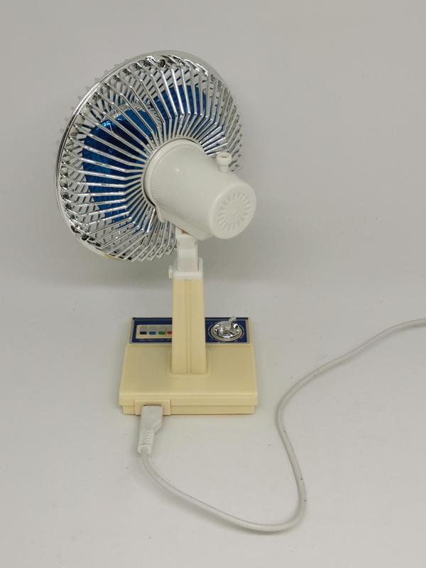 極めて小さい昭和扇風機は付属のUSBケーブルで駆動する