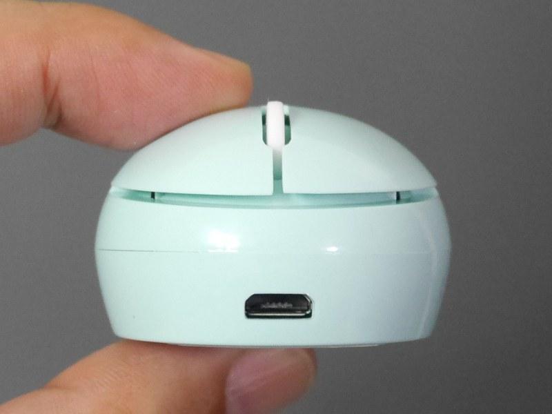 充電はUSBで行う。USBでのデータのやりとりには対応しない
